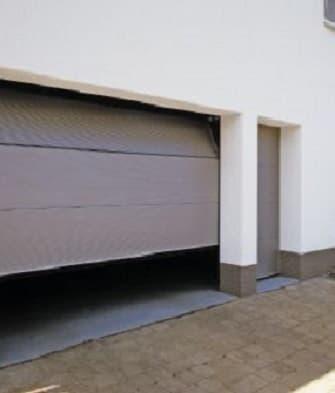 Боковая дверь для гаражных ворот фото