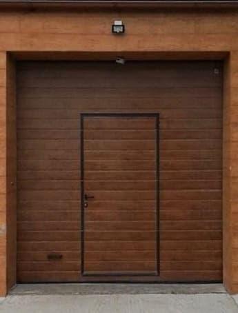 Калитка в полотне гаражных ворот фото