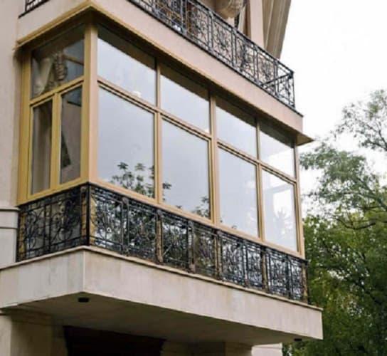 sovremennyy francuzskiy balkon 2 oknaekipazh